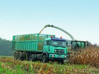 Beim Silagetransport k�nnen die Agrotrucks mit den Schleppergespannen gut mithalten.