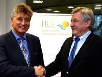Dietmar Sch�tz gratuliert seinem Nachfolger im Amt des BEE-Pr�sidenten, Fritz Brickwedde.