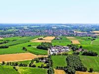 Landwirtschaftliche Betriebe haben im Vertrauen auf staatliche Garantien in den letzten Jahren teilweise stark in erneuerbare Energien investiert, wie das Luftbild des Betriebs Konert aus dem M�nsterland exemplarisch zeigt.