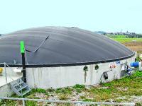 Fermenter mit Gashaube und seitlich eingef�hrtes R�hrwerk sind bei den Rosenheimer Anlagen �blich.