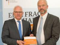 Der Vorsitzende des Wissenschaftlichen Beirats, Prof. Dr. Harald Grethe, �bergibt das Gutachten dem Parlamentarischer Staatssekret�r Peter Bleser.