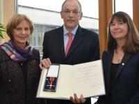 Dr. Helmut Born erh�lt das Bundesverdienstkreuz am Bande von der rheinland-pf�lzischen Umweltministerin Ulrike H�fken (rechts). Links von Dr. Born seine Ehefrau Dr. Gisela Born-Siebicke.