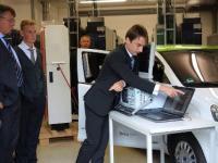 Demonstration der R�ckspeisung von Energie aus der Fahrzeugbatterie ins Netz am Lehrstuhl Energieverteilung und Hochspannungstechnik (Foto).