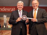Die symbolische Schl�ssel�bergabe am Tag der Deutschen Einheit: Volker Bouffier (li.) �bernimmt das Amt des noch amtierenden Bundesratspr�sidente  Stephan Weil.