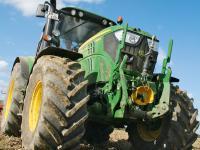 dlz-Dauertest: Im Feld und auf der Stra�e machte der Traktor 6125M von John Deere eine gute Figur.