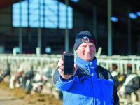 �Nicht ohne mein Smartphone�, sagt Junglandwirt Sebastian B�tzler aus Bad M�nstereifel.