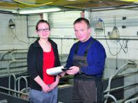 Zusammen mit seiner Auszubildenden Klaudia Arnemann hat Heinz L�tke Harmann die Schweinehaltung gut im Griff.