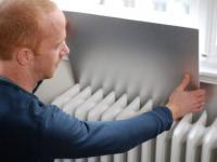 Handwerker beim Anbringen einer D�mmplatte. Denn auch geringinvestive Ma�nahmen helfen den Energiebedarf zu senken und somit Energie zu sparen.