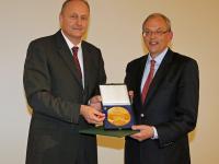 DBV-Pr�sident Joachimi Rukwied �berreichte dem langj�hrigen Generalsekret�r Dr. Helmut Born die Andreas-Hermes-Medaille in Gold.