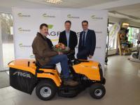 Freude �ber den zweiten Preis (v. li.): Stefan Hengehold nahm den Aufsitzmäher von Jens Riegamer, Land & Forst, und Bernd Homann, AGRAVIS Raiffeisen AG, in Empfang.