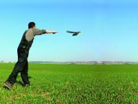 Auswerfen einer Drohne �ber einem Feld.