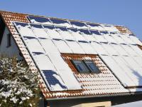 Auf Solaranlagen kann sich im Winter Schnee auf den Photovoltaikmodulen ansammeln.