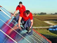 Obwohl die Einspeiseverg�tungen gesunken sind, l�sst sich mit Solarstrom gutes Geld verdienen.