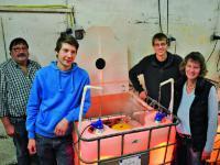 Johannes Lax (hinten rechts) ist der Erfinder der Disco-Box f�r Ferkel. Mit seiner Familie, also Mutter Gabi (vorne rechts), Vater Willi (hinten links) und Bruder Martin (vorne links) k�mmert er sich unter anderem um 400 Sauen.
