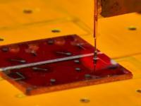 Ein Glas-Substrat mit mehreren Solarzellen aus dem fl�ssig-prozessierten Silizium im Sonnensimulator, in dem der Wirkungsgrad gemessen wird.