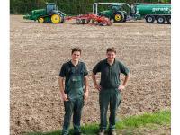 W�hrend Andreas (l.) die Biogasg�lle ausbringt, arbeitet sie Hubertus (r.) gleich ein.