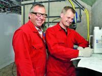 Bernd Jan�en (li.) erarbeitet mit Tierarzt Dr. Torsten Pabst einen Risikomanagementplan f�r sein Flatdeck.