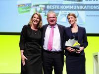 Gut lachen hatten die Laudatorin Claudia Michalski (l.), Dieter D�nzer und Anne Fischer, die stellvertretend f�r den dlv Deutscher Landwirtschaftsverlag den Preis der Deutschen Fachpresse f�r die �Beste Kommunikationsl�sung� entgegen nahmen.
