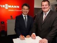 Auf der BAU 2015 unterzeichneten Dr. Frank Vo�loh (r.), Gesch�ftsf�hrer Viessmann Deutschland GmbH, und Dr. Uwe Kolks (l.), Gesch�ftsf�hrer E.ON Energie Deutschland, die Kooperationsvereinbarung zwischen den beiden Unternehmen.